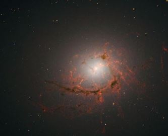 NASA a găsit o galaxie moartă: gaura neagră supermasivă din interiorul ei, pur şi simplu o devorează!