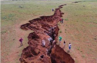 """În Africa de Sud a apărut o imensă crăpătură... Oare nu cumva un corp ceresc necunoscut """"crapă"""" efectiv Pământul?"""