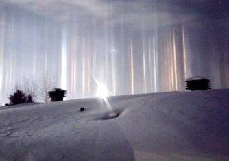 """""""Război intergalactic"""" sau fenomen natural? Mai multe raze de lumină coborând din cer au fost observate în Canada"""
