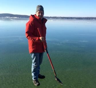 În această poză, un bărbat pare că pluteşte deasupra unui lac! Şi nu e Photoshop! Care ar fi totuşi explicaţia?