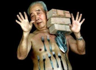 """""""Magneto Man"""" - bărbatul care poate lipi până la 36 de kg de obiecte metalice de corpul său, fără niciun adeziv"""