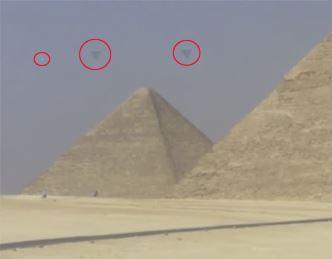 Extratereştrii îşi vizitează piramidele? 3 OZN-uri triunghiulare, violete şi cu vârful în jos, au fost observate deasupra piramidelor egiptene de la Giza
