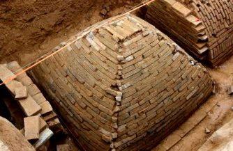 Un mormânt sub formă de mini-piramidă a fost descoperit în China... care e misterul său?