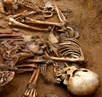 """Savanţii ruşi au descoperit un schelet de om, vechi de 100.000 de ani, pe care s-a efectuat o operaţie complicată la inimă! Cât de """"sălbatici"""" erau oamenii-maimuţă primitivi?"""