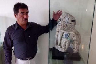 Arheologii din Mexic au găsit... ce credeţi? Statuia unui extraterestru ce ţine în mână un cap uman!