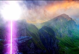 """""""Laserul din Bucegi"""": o utilizatoare de pe Facebook a filmat, în ajunul Paştelui, o lumină violetă misterioasă pe platoul Bucegilor"""