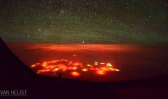 O lumină roşie imensă şi enigmatică a apărut noaptea din adâncurile Oceanului Pacific