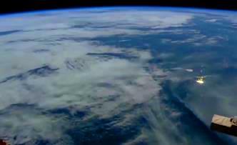 Coreea de Nord e survolată de nave spaţiale imense... Sunt ele de origine terestră sau extraterestră?