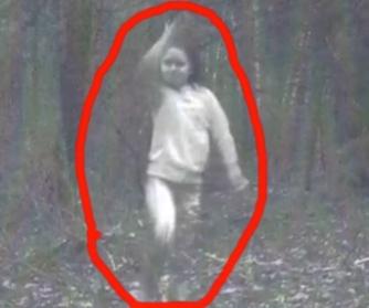 Cine este această fată care se joacă singură prin păduri? Nimeni nu o recunoaşte...