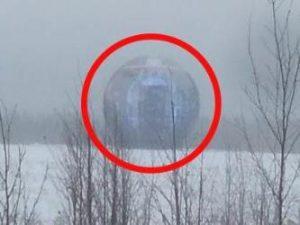 """Un bărbat a filmat în Rusia o sferă """"misterioasă"""" de lumină, în care se văd proiectate imagini holografice"""