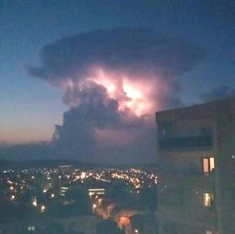 Un nor gigantic de tip ciupercă, puternic luminat din interior, a apărut în Tg. Mureş... Ce explicaţii avem pentru el?