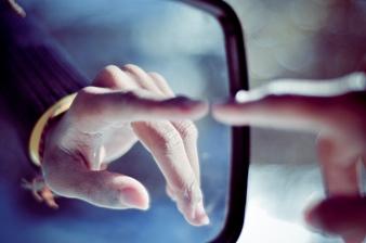 Un poliţist american ne învaţă cum să descoperim perverşii care ne urmăresc în spatele oglinzilor duble