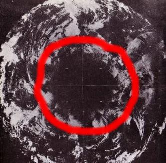 O fotografie din satelit din 1967 pare a ascunde intrarea secretă către interiorul Pământului prin Polul Nord