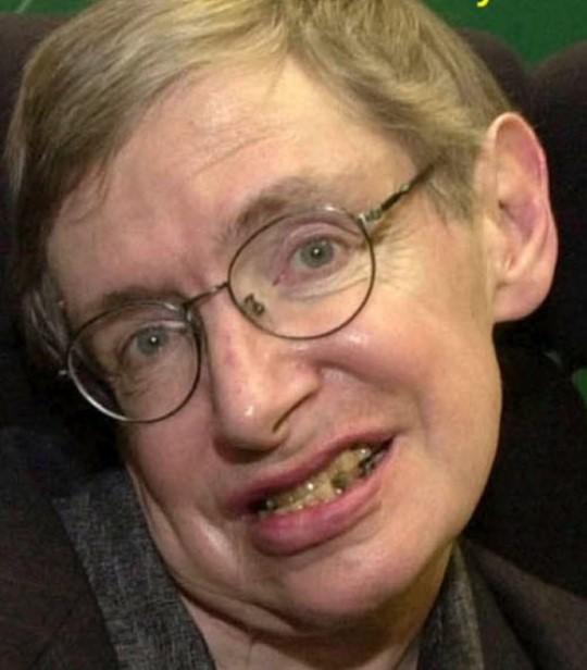 Aici, Hawking are parul blond, nu carunt, iar dintii ii sunt ingalbeniti