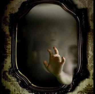 Oglinzile pot fi portaluri către alte lumi! Aţi avut experienţe paranormale cu ele?