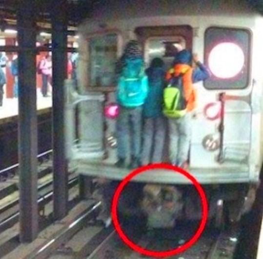 Sub un tren de metrou din New York apare un imens craniu uman - simbolul morţii! În aceeaşi zi, o femeie a fost ucisă în metrou...