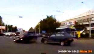 """Pe o cameră video a fost surprinsă o maşină care apare brusc dintr-un """"portal al timpului"""", face un accident şi apoi dispare! Sau totul e un fals?"""