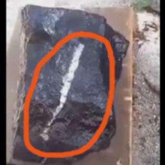 Un soldat a găsit o piatră bizară care topeşte metalele. Care e adevărata sa origine?