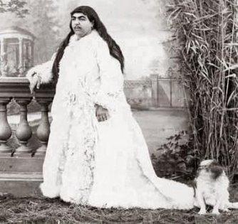 Priviţi-o: ea e prinţesa Qajar, femeia cu mustaţă, ce a fost considerată o mare frumuseţe! Chiar s-au sinucis 13 pretendenţi la inima ei, pentru că au fost refuzaţi?