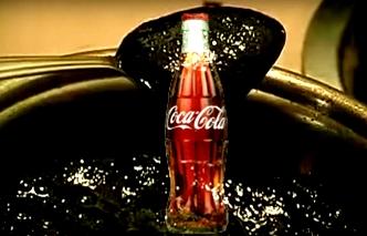 Ce se întâmplă dacă fierbem o sticlă de Coca-Cola? Totul se transformă într-o substanţă neagră şi vâscoasă! Asta ajunge în corpul nostru!?