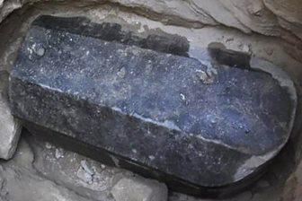 Un sarcofag negru şi uriaş a fost descoperit în Egipt şi nimeni nu ştie cine se află înăuntrul lui