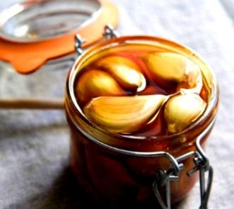 Ce beneficii extraordinare pentru corp are miraculoasa combinație între usturoi și miere de albine!