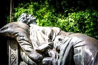 Misterul unui monument din cimitirul Bellu - bărbatul care plânge la căpătâiul unei femei