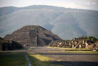 """Un tunel şi o cameră secretă au fost găsite sub Piramida Lunii de la Teotihuacan, un edificiu străvechi construit de """"giganţi"""""""