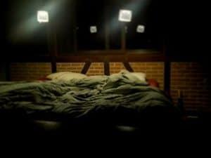 O experienţă înfricoşătoare cu patul în care dorm noaptea - câinele meu e conştient de ceva...