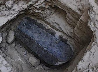 Misterul sarcofagului negru din Egipt şi bizarul lichid roşu din interiorul lui