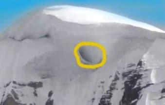 A fost fotografiată o intrare bizară în inima misteriosului munte Kailas din Tibet. Portal către altă dimensiune, gaură ce duce spre o bază extraterestră sau altceva?