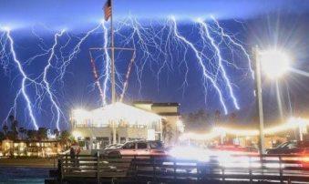 Un fenomen atmosferic șocant în California: 1.500 de fulgere în doar 5 minute!