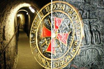 Misterioasa cavernă Royston şi sculpturile ei templiere îi bulversează pe cercetători