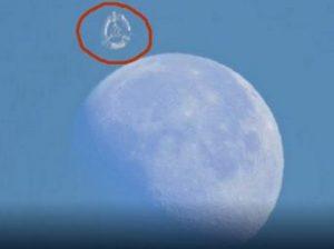 O posibilă staţie orbitală uriaşă, ascunsă în spatele Lunii, a fost surprinsă într-un film YouTube. Dacă e reală, cine a construit-o?