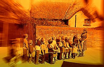 300 de copii şi adulţi din Anglia au căzut ca seceraţi la un festival muzical. Cauza rămâne un mister...