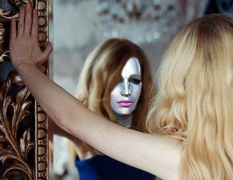 Un mister ştiinţific: iluzia chipului din oglindă. Ce lucruri ciudate se întâmplă atunci când ne privim în oglindă pentru mai mult timp?
