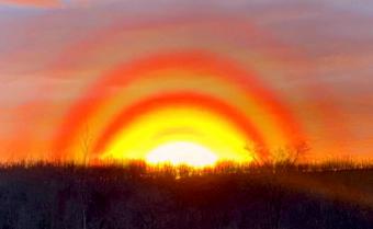 Un apus de Soare uluitor, cu mai multe inele roşiatice, a fost observat pe o insulă din Canada
