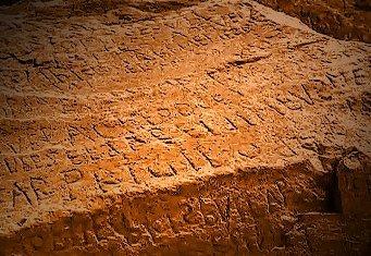O inscripţie misterioasă găsită pe o stâncă din Franţa îi uluieşte pe arheologi şi istorici! Nimeni nu poate spune ce reprezintă...