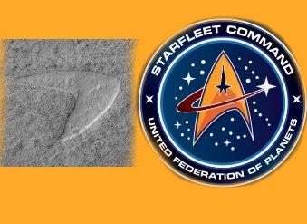 """""""Regizorii din umbră"""" îşi bat joc de noi: o dună de nisip de pe planeta Marte se aseamănă foarte mult cu o siglă din serialul SF """"Star Trek"""""""