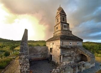 Străvechea biserică creştină - Sf. Nicolae din Densuş - şi misterele ei. Dumnezeu şi Iisus au costume populare româneşti...