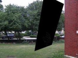 """Un inginer american a văzut un """"portal spaţial"""" întunecat în apropierea casei sale. Dă greş Matrix-ul în care trăim?"""