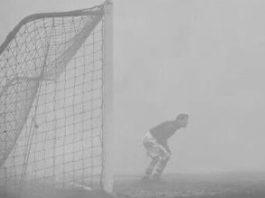 În 1937, un meci de fotbal a fost întrerupt din cauza ceţii. Dar un portar a stat în ceaţă 15 minute fără să ştie asta... Incredibil!