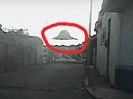 O, Dumnezeule, ce-a putut fi fotografiat în Mexic! O farfurie zburătoare gigantică, ce stă deasupra caselor dintr-un orăşel...