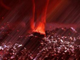 Enigma dansului pe jăratic: cum de unii oameni pot călca pe cărbunii aprinşi, la temperaturi de 700 de grade, fără să se ardă!?