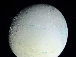 Pe satelitul lui Saturn, Enceladus, s-ar putea găsi viaţă extraterestră - spune un om de ştiinţă NASA