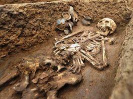Într-o revistă veche americană se vorbeşte despre o descoperire extraordinară: 8 schelete de giganţi de 2,70 metri, care purtau pe ele armuri impresionante de cupru