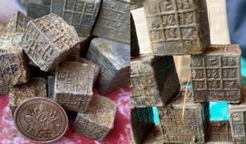 60 de cuburi misterioase, cu inscripţii şi simboluri necunoscute, au fost descoperite de un pescar