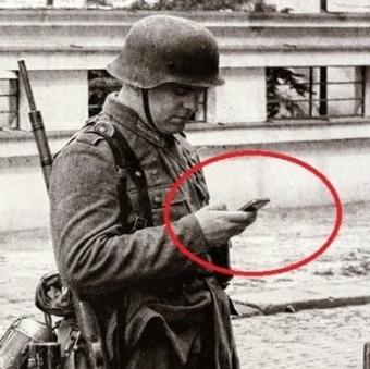 Există vreo explicaţie pentru această fotografie bizară? Adică, un soldat german din cel de-al doilea război mondial pare că-şi butonează smartphone-ul!?