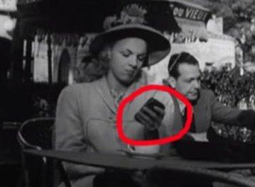 """Într-un film francez din 1947, putem vedea mai mulţi oameni uitându-se la """"smartphone""""-uri! Incredibilă predicţie..."""