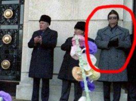 Personajul bizar ce apare într-o fotografie din ianuarie 1989, alături de cuplul Ceauşescu şi de alţi demnitari comunişti